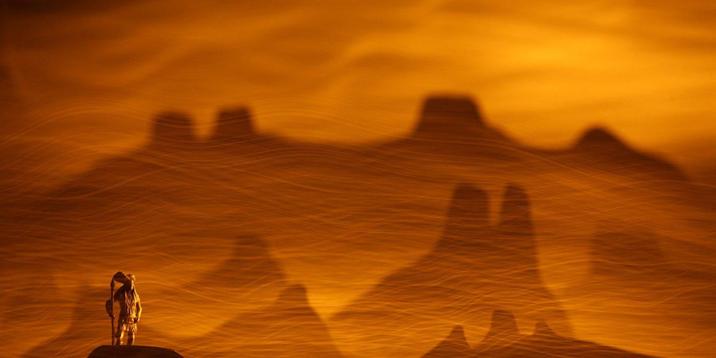 Representación de una escena mediante un diorama creado con recortes de cartulinas y una pequeña figura de un indio, ambientado después en una fotografía de larga exposición en la oscuridad con efectos de light painting creados con un plumero de fibra óptica. La idea era craer este paisaje representando a este jefe indio, símbolo del ecologismo, y que se negó a vender sus tierras a los colonizadores.