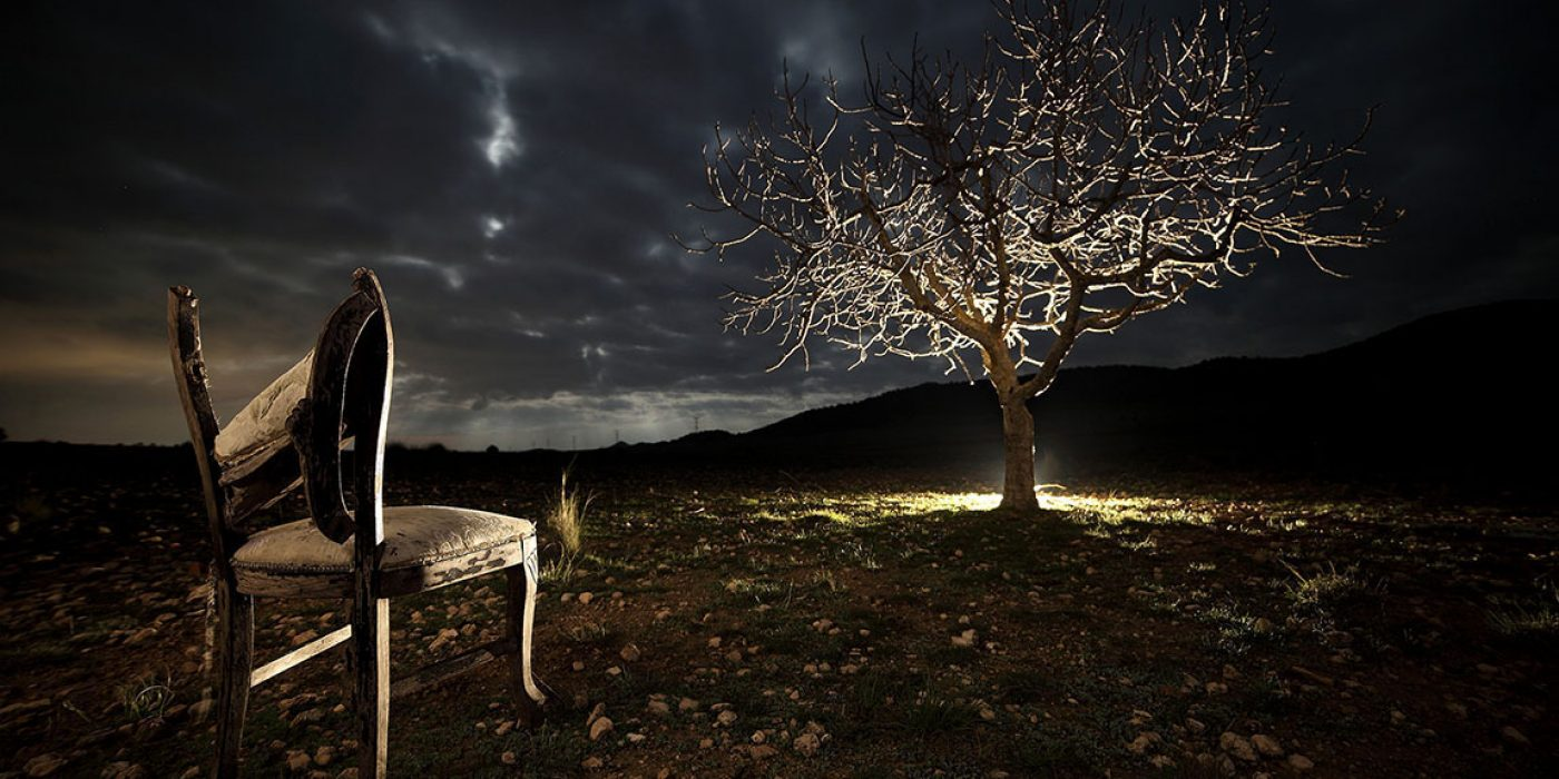 Nocturna componiendo con estos dos elemetos en una fotografía con una marcado contraste tonal conseguido gracias a la iluminación y los parámetros de la cámara.